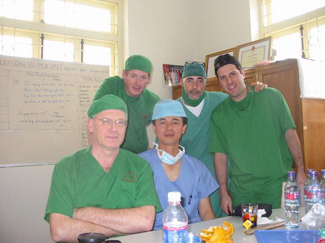 Bác sĩ Thuận cùng Đoàn Phẫu thuật Nụ cười Châu Âu