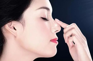 Nâng mũi xong nằm nghiêng có bị lệch mũi không